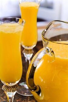 El zumo de naranja y zanahorias es rico en vitaminas A y C y fortalece las defensas