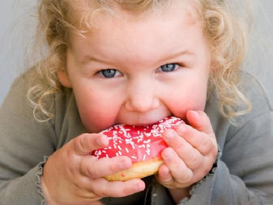 los niños también se pasan con la comida en Navidad
