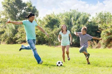 padres e hijos haciendo deporte