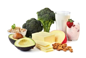 Lácteos, almendras, brocoli, salmón y aguacate - fuente principal de calcio