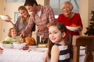 familia cenando pavo en Navidad2