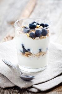 Yogur desnatado con arrándanos, nueces y canela