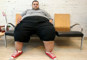 """El considerado como hombre más obeso de España, Gustavo Adolfo Orozco Moreno, de 31 años, en 2010 en la clínica en Barcelona antes de someterse a una intervención de """"by-pass"""" gástrico con el fin de reducir su peso de 260 kilos. EFE/ Andreu Dalmau."""