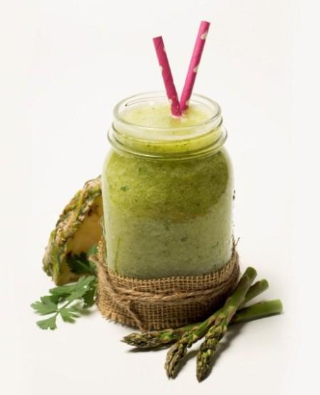 Depurator Ingredientes: 1 rama de apio, 1 taza ½ de agua mineral, 1 cucharada de perejil, 4 rodajas de piña natural en su jugo, 8 espárragos trigueros.