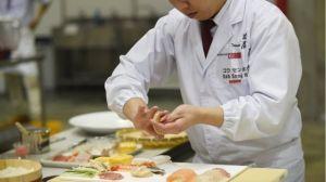 _94954123_chefpreparandosushi